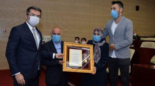 """Şehit aileleri ve Gazilere """"Devlet Övünç Madalyası"""""""