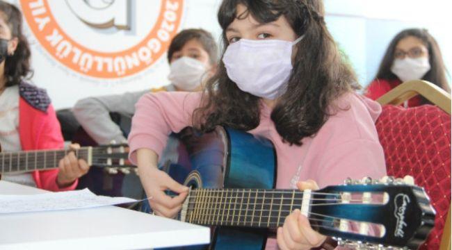 Pandemi stresini bağlama, keman ve gitar çalarak atıyor