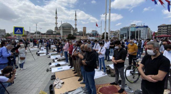 Taksim Cami'inde saf tutuldu