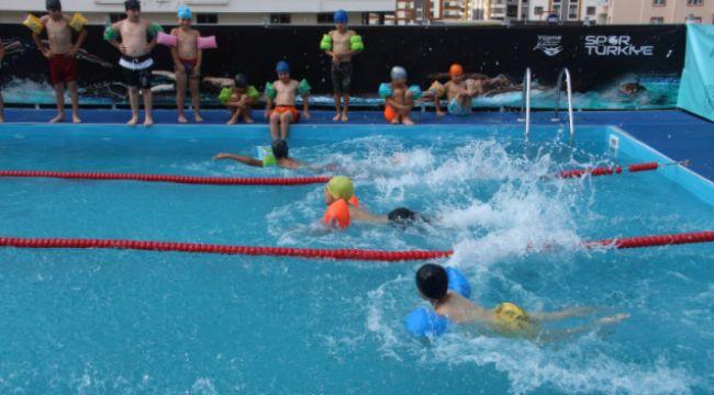 Yüzmeyi açık hava yüzme havuzlarında öğreniyorlar